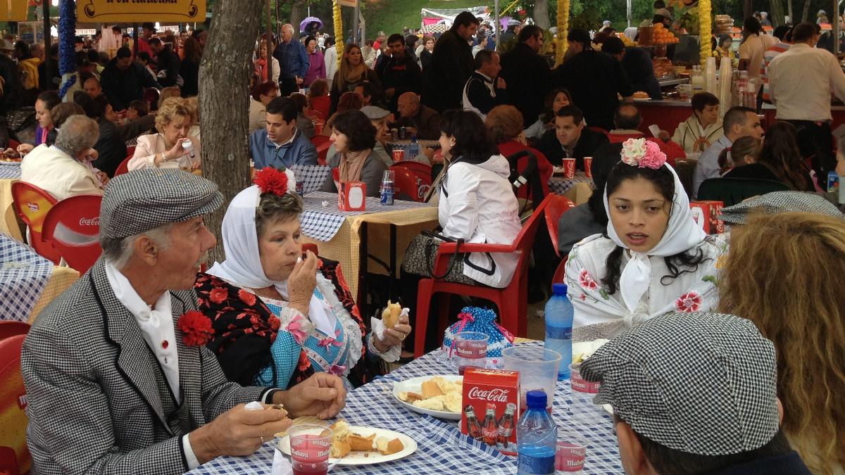 Familia chulapa comiendo en un restaurante de la Pradera de San Isidro