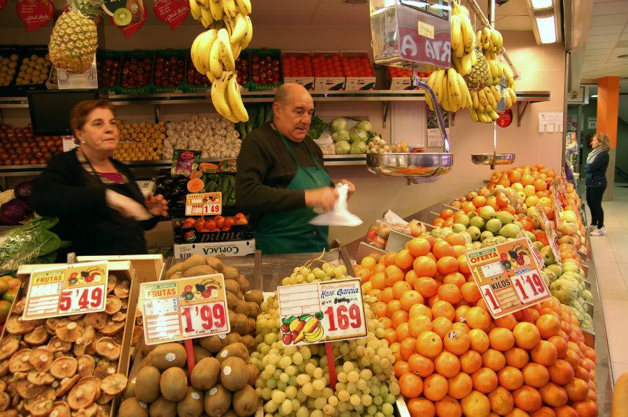 Los vendedores de los puestos de los mercados tradicionales miman en producto y a sus clientes