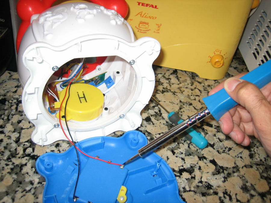 Reparando un tambor de juguete