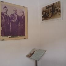 Las fotos antiguas llaman mucho la atención en la visita a la Casa Museo de Miguel Hernández.