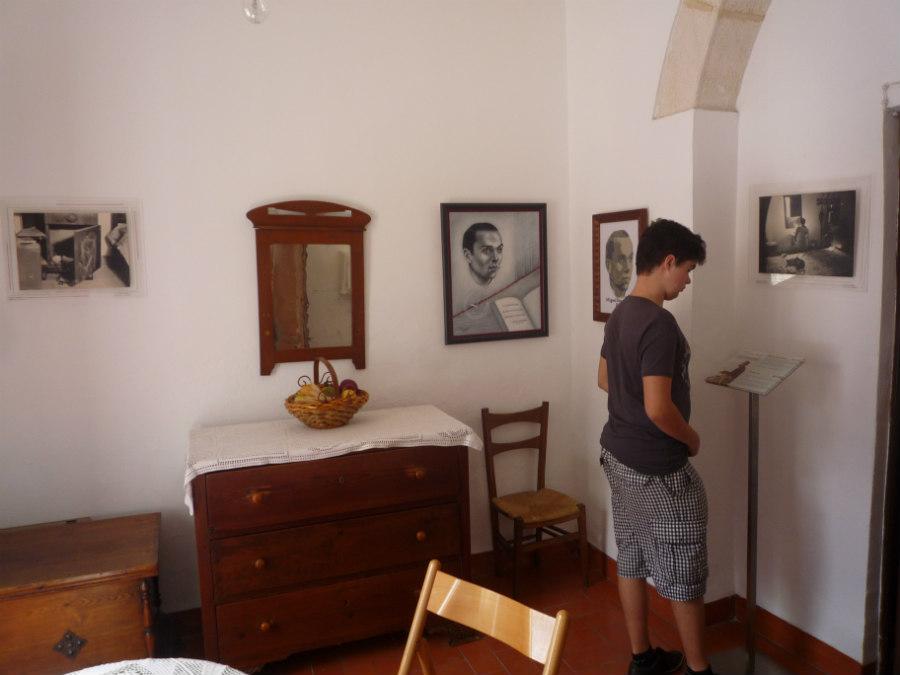 Retratos del poeta adornan las paredes de las estancias de la Casa de Miguel Hernández.