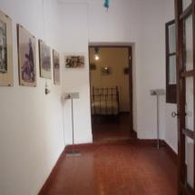 Los pasillos de la Casa de Miguel Hernández están adornados con retratos de se época.