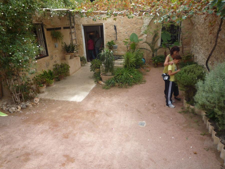 El patio interior de la Casa de Miguel Hernández dispone de un pequeño huerto.