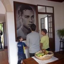 La Casa Museo de Miguel Hernández está presidida por un retrato del poeta.