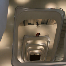 Escalera interior del centro CaixaForum de Madrid
