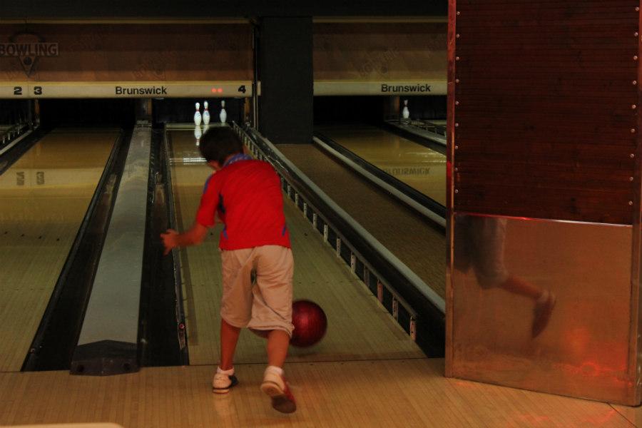 Los pequeños juegan con algo de ventaja: unas barandillas evitan que sus bolas se salgan de la pista.