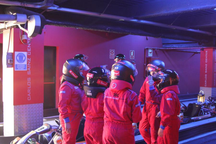 Pequeños y mayores pueden convertirse en pilotos por un día en el Karting Indoor de Carlos Sainz.