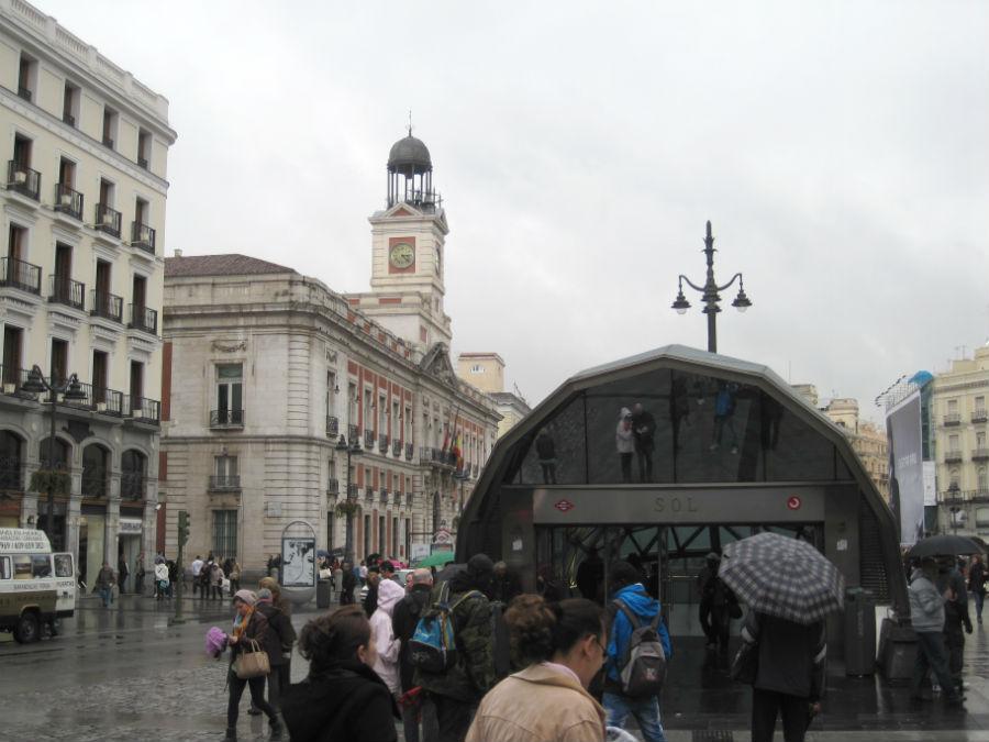 Vista general de la Puerta del Sol de Madrid en otoño.