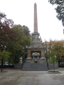 En la Plaza de la Lealtad se encuentra el monumento al Soldado Desconocido.