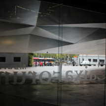 Entrada del CaixaForum, con el Paseo del Prado al fondo