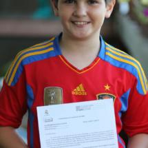 David, con el documento que acredita que ha realizado la prueba.
