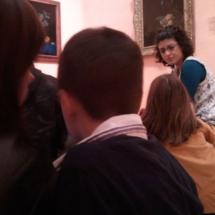Todos los miembros de la familia participan en la actividad de observar y comentar un cuadro