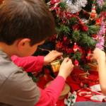 Decorar el árbol de Navidad con los niños