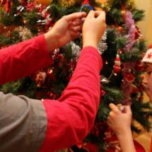 Los chicos de la casa, decorando el árbol de Navidad.