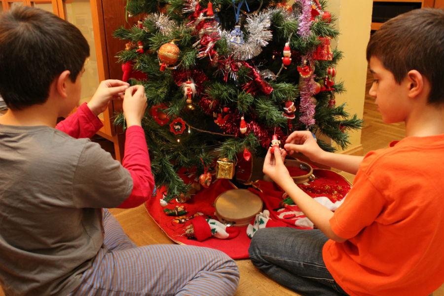 Decorar el rbol de navidad con los ni os - La casa de la navidad ...