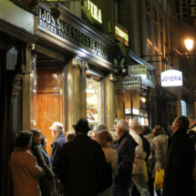 Fachada de Casa Mira, tienda traidiconal de turrón en Madrid