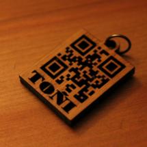 El código QR del colgante contiene los números de teléfono de los padres.