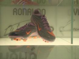 Las botas de Ronaldo provocan la admiración en los pequeños madridistas.
