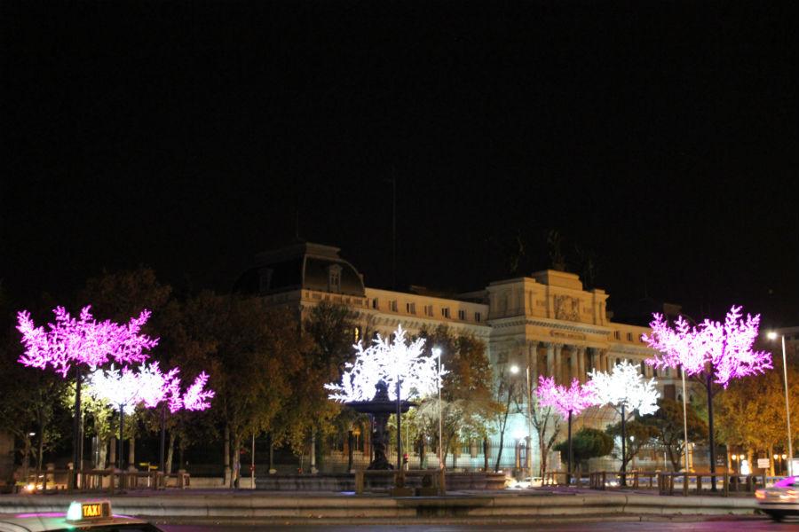 Los alrededores de la estación de Atocha, con su decoración navideña.