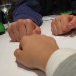"""Jugar a """"los chinos"""": truco para entretener a los niños"""