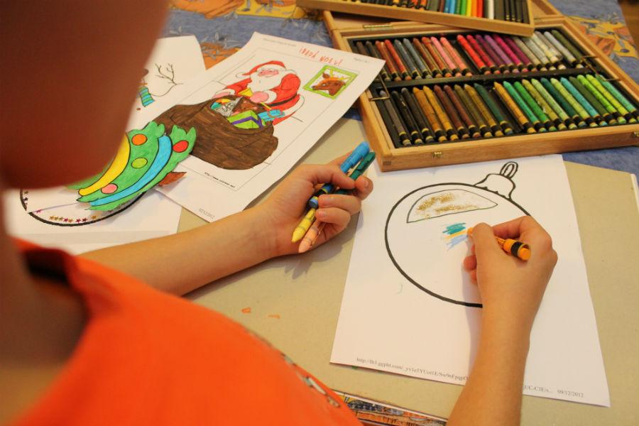 Pintando dibujos en casa: motivos navideños.