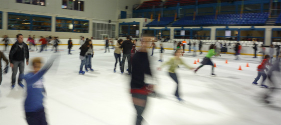 Patinar sobre hielo es un gran plan para las vacaciones navideñas.