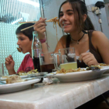 La comida de este restaurante chino es sana y les encanta a los niños.