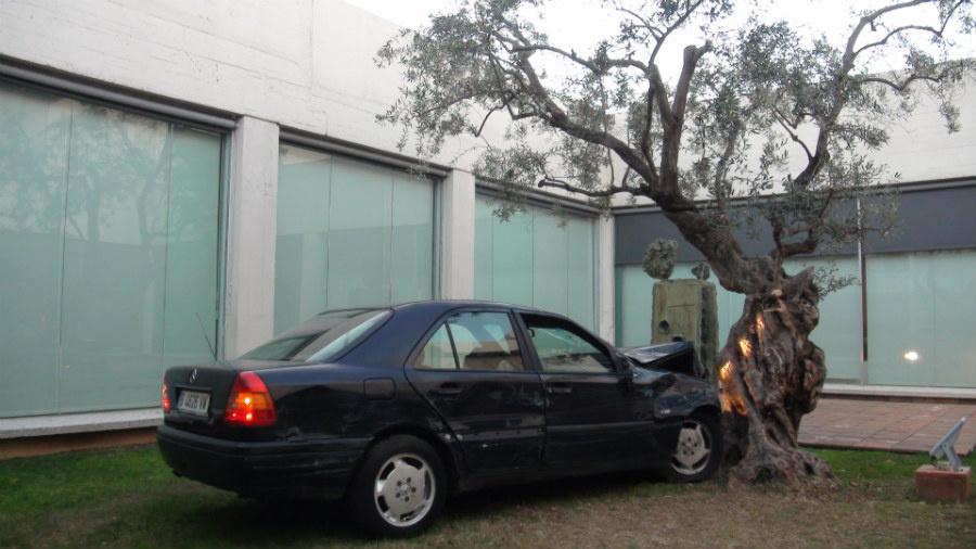 Un Mercedes estrellado en la Fundación Joan Miró