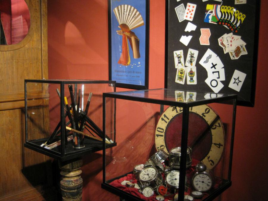 En el museo teatro El Rei de la Màgia se exponen objetos para hacer trucos de magia.
