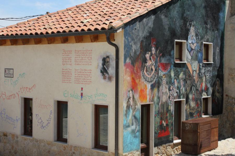 Fachada decorada con motivos literarios en Urueña, Villa del Libro en Valladolid