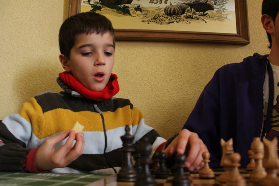Con el ajedrez, los niños aprenden a anticiparse a las reacciones de los demás.