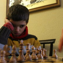 Con el ajedrez, los niños aprenden que hay aspectos intelectuales en los que pueden rivalizar contigo... y ganarte.