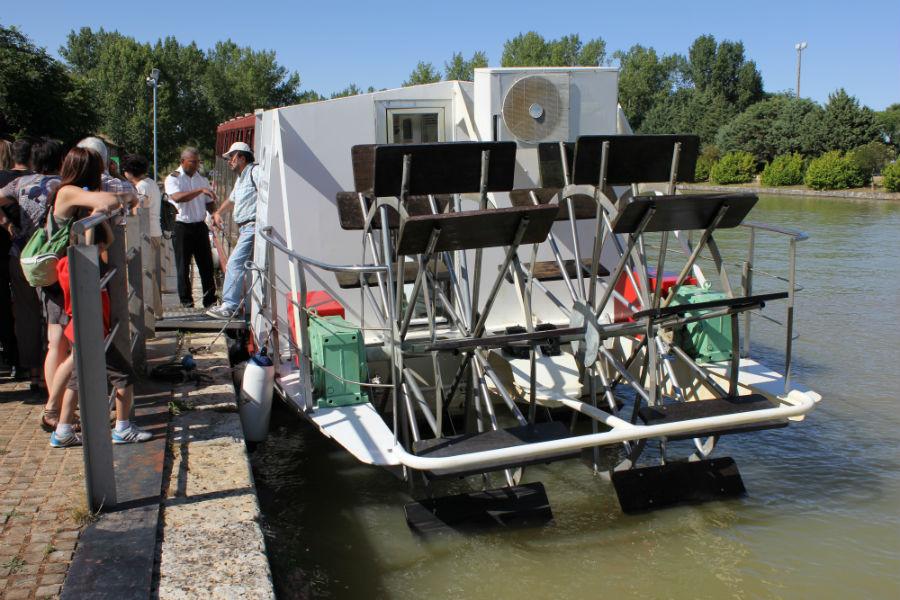En este barco se recorre el Canal de Castilla