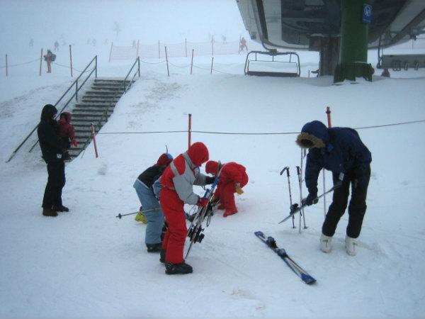 Hay empresas que organizan cursos de esquí en familia.