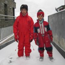 De los dos a los cinco años los niños hacen sus primeros pinitos con el esquí.