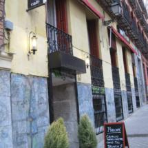 Frente a un parquecito, en la plaza de Cristino Martos, en el centro de Madrid, se encuentra el Café Mür