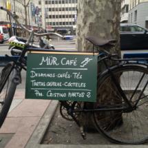 El Café Mür está 'anunciado' de esta original forma en la calle Princesa