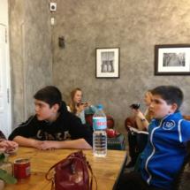 La planta superior del Café Mür cuenta con una gran mesa para grupos grandes