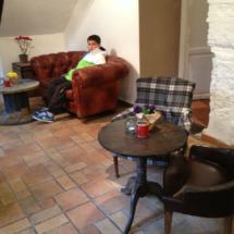 Un pequeño sofá en la planta baja del Café Mür invita a relajarse