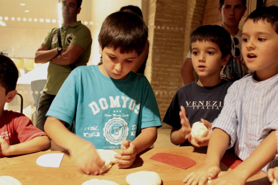 Haciendo pan en el Museo del Pan de Mayorga, en Valladolid. Ciudades para pasar Semana Santa con niños