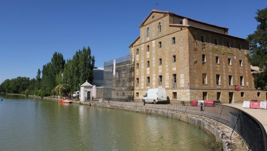Vista de la Fábrica de Harinas San Antonio desde el Canal de Castilla