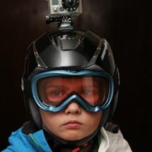 Fijar la cámara GoPro al casco de esquí, por ejemplo, nos permitirá rememorar los descensos de los pequeños.