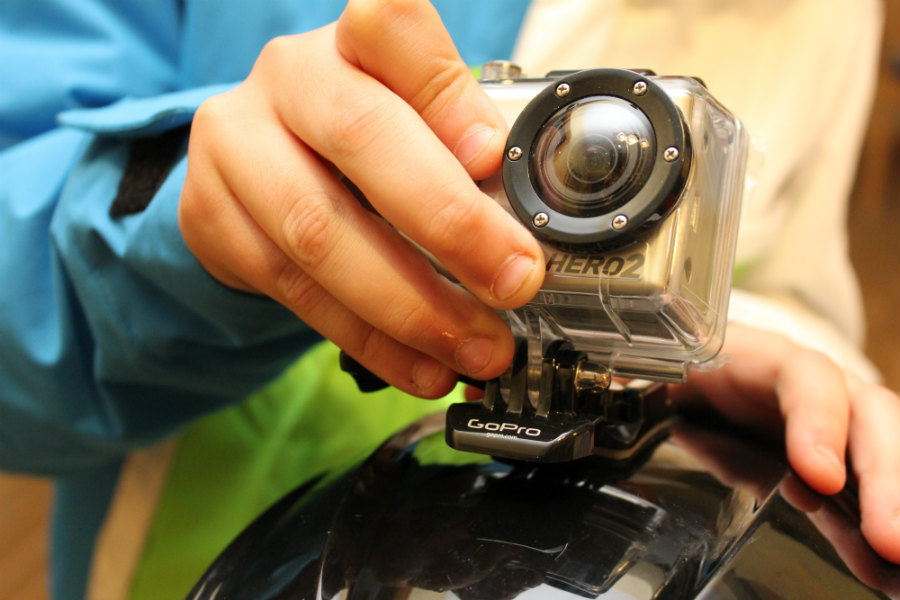 La cámara se fija al soporte adherido a la superficie del casco, por ejemplo.