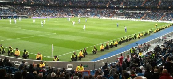 Un partido de fútbol profesional en el Santiago Bernabéu