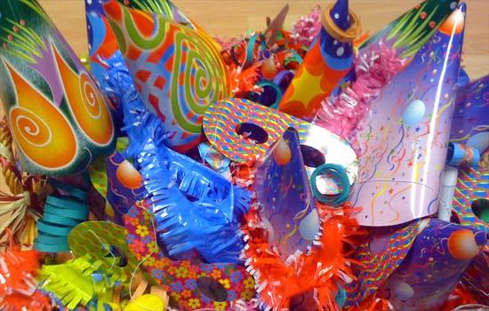 En Carnaval, todo vale para hacerse un disfraz... incluso el cotillón que te sobró en Nochevieja ;)