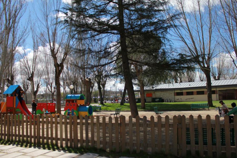 El parque con columpios es el reclamo del Polideportivo Puerta de Hierro para los más pequeños