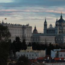 Desde el Parque del Oeste se divisan dos edificios emblemáticos de la capital