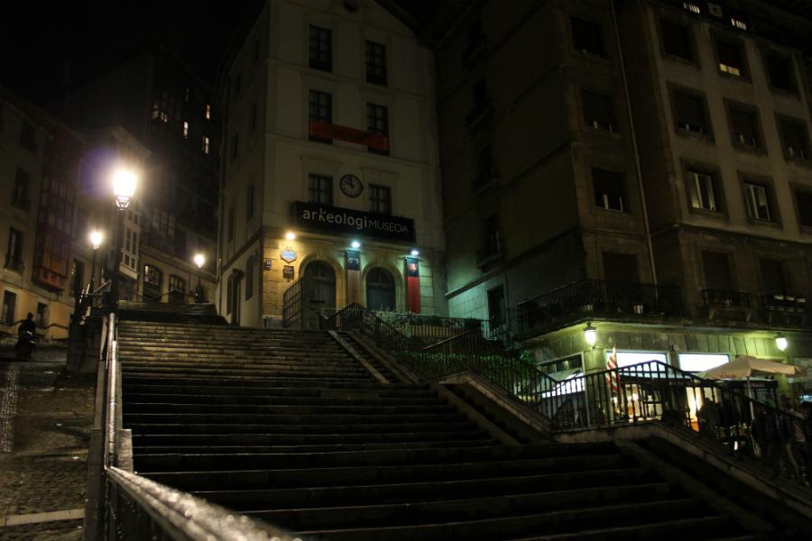 Al anochecer, el Casco Viejo de Bilbao tiene un aspecto aún más encantador