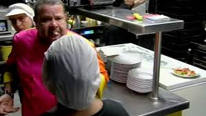 Un momento del enfrentamiento de Alberto Chicote con la cocinera de La Reina del Arenal, en 'Pesadilla en la Cocina'