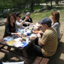 Picnic en Valdemaqueda: la mesa de los mayores :)
